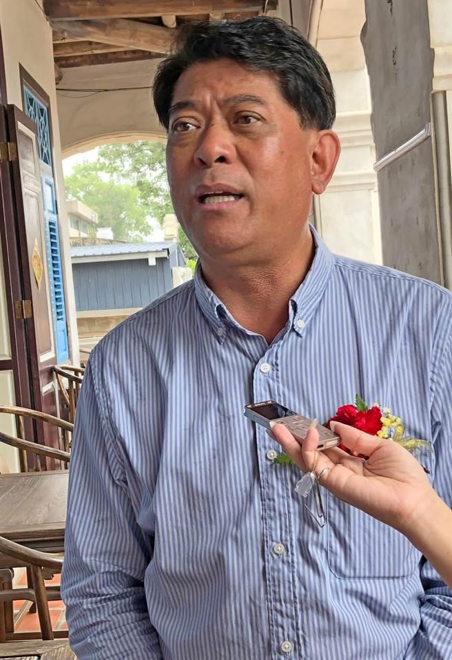 陳文顧鎮長表示,這座用人文、美景和美食包裝的咖啡館,出賣的是古典情調和浪漫氣氛。(李金生攝)