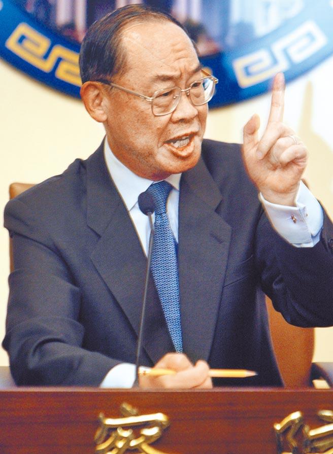 2004年「319槍擊事件特別調查委員會」成立,擔任調查委員會主席的監察院長錢復主動對外說明。(資料照片)