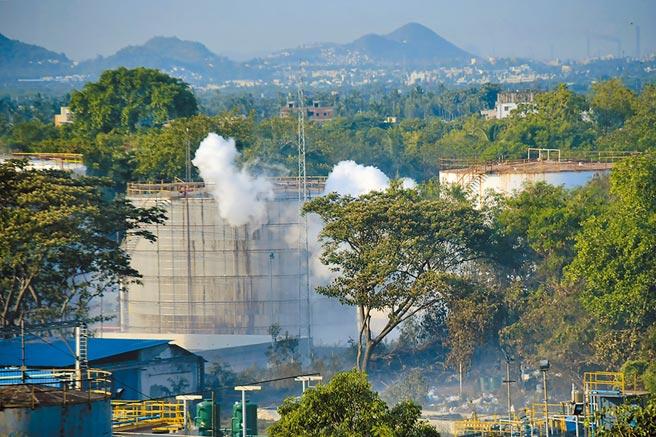 南韓LG化學旗下位於印度東南部安得拉邦維沙卡帕特南地區的一家化工廠,7日凌晨發生苯乙烯氣體外洩事故。(美聯社)