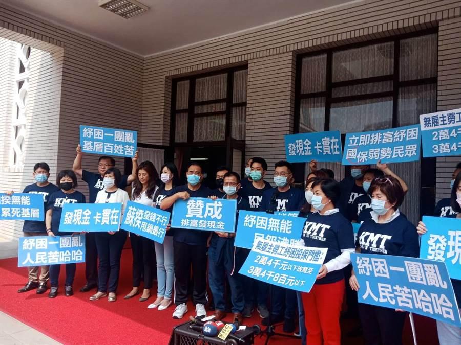 1500億元紓困預算三讀後,國民黨團在議場外舉行記者會。(趙婉淳攝)