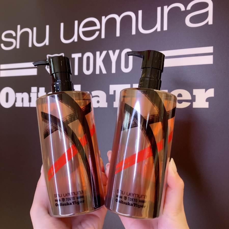 植村秀熱賣品「潔顏油」也推出Onitsuka Tiger鬼塚虎限量聯名包裝。(圖/邱映慈攝影)