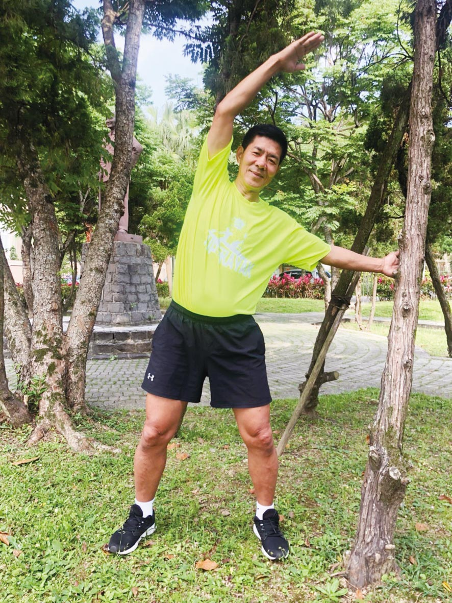 葉海山教練表示,從直立轉腰及坐姿拉腿開始,再進階到中度有氧運動,可預防肌少症。圖/台灣長照醫學會