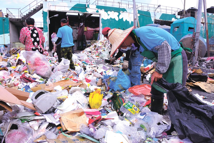 新冠肺炎疫情重創各產業,連帶也使資源回收價格下跌。(本報資料照片)
