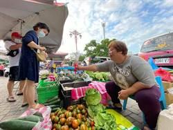 疫情影響母親節氛圍冷清   市場攤商自掏腰包送康乃馨