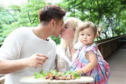 《女力》羅平甜吻老婆放閃 1歲萌娃嘟嘴超可愛