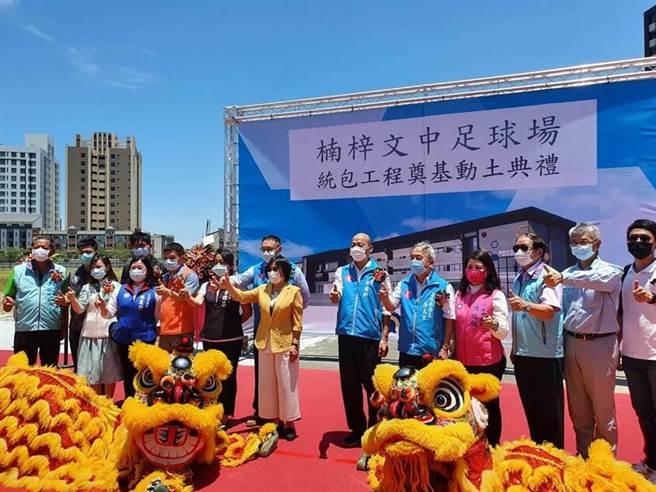 高雄市長韓國瑜(右6)和立委劉世芳(穿黃衣)。(圖為資料照)