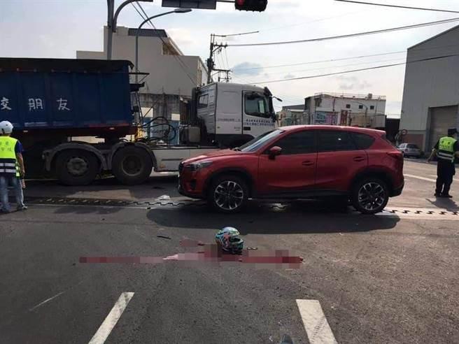 車禍事故現場路面遺留大片血跡,令人怵目驚心。(摘自臉書「重機車友」社團/謝瓊雲彰化傳真)