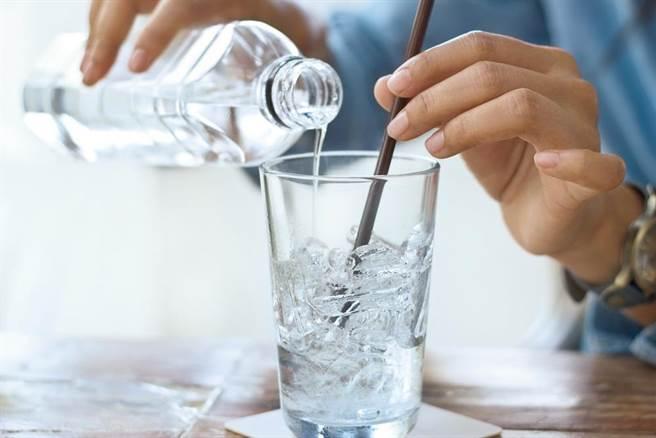 醫師表示,女性來經喝冰水,不會影響經血排出。(達志影像/shutterstock)