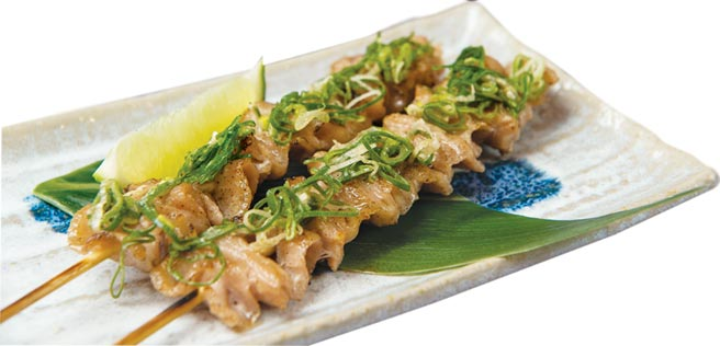 每串120元的〈松阪豚肉串〉,是居酒屋風格的烤肉料理,在〈大漁MAGURO壽司〉也吃得到。圖/大漁餐飲集團