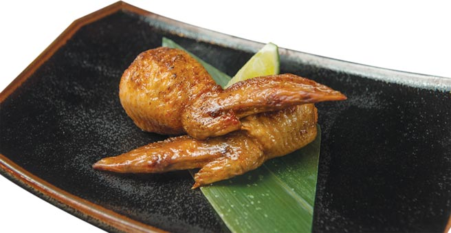 一份二支159元的〈明太子雞翅〉,是將雞翅去骨後填入鹹香明太子再油炸,是很美味下酒菜。圖/大漁餐飲集團
