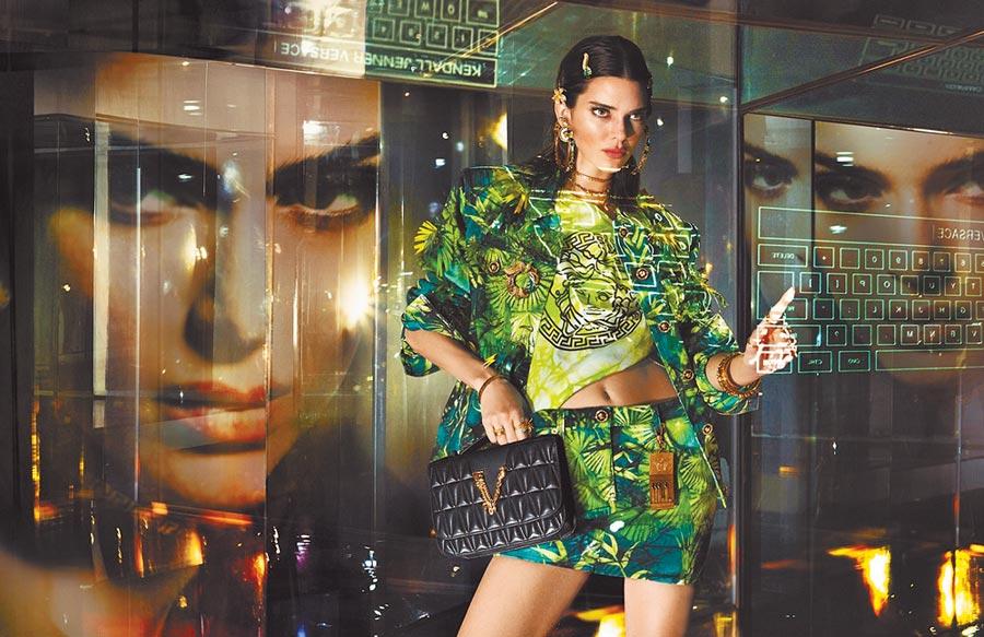超級名模坎達兒珍娜(Kendall Jenner)拍攝Versace 2020春夏女裝廣告,展現叢林印花魅力。(Versace提供)