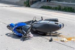 三重機車對撞 後座女拋飛頭撞燈桿座螺絲不治
