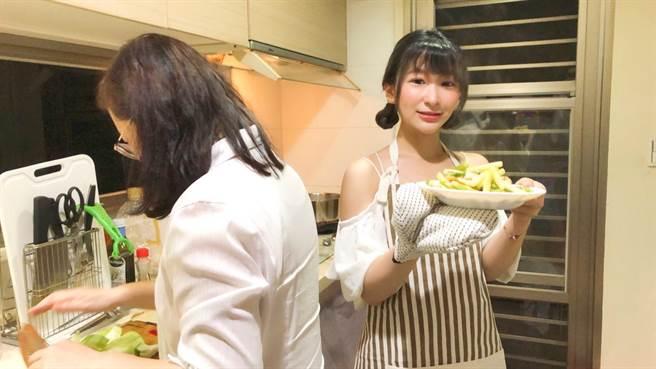 曉淇(右)親自到市場買菜,烹調一桌好料慰勞媽媽。