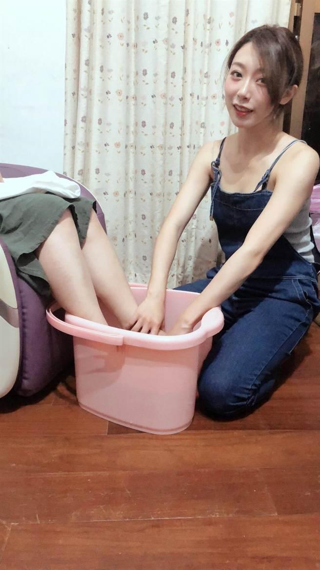 鐘雅(右)幫媽媽洗腳,感謝媽媽的照顧。