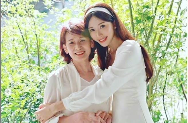 林志玲分享與媽咪吳慈美合照,並向媽咪告白:「現在換您~請任性的對我撒嬌吧」。(圖/取材自林志玲Instagram)