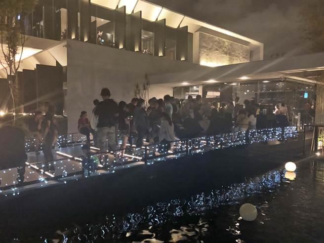 高雄燒烤名店「碳佐麻里」時代店10日晚間湧入大批民眾排隊候位。(碳佐麻里提供/柯宗緯高雄傳真)
