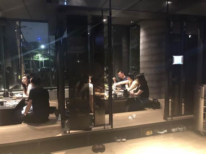 高雄燒烤名店「碳佐麻里」時代店10日晚間幾乎客滿,業者表示,客流明顯增加。(碳佐麻里提供/柯宗緯高雄傳真)