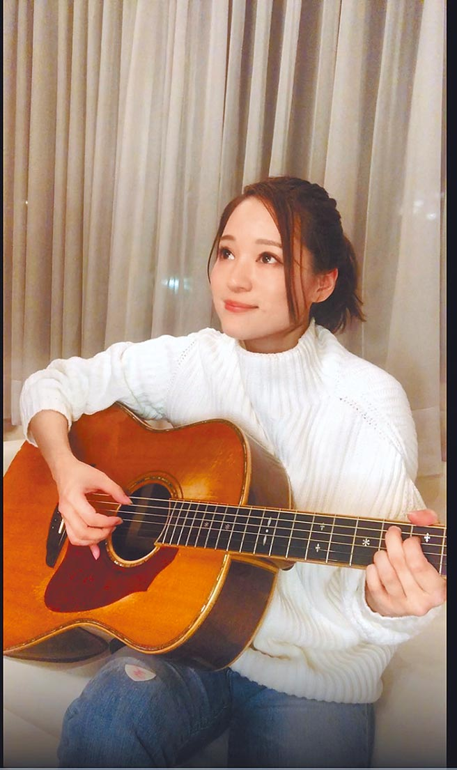 Chay優雅甜美,清揚歌聲紓解粉絲心情。(摘自IG)