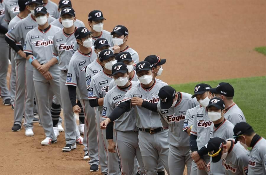 韓國職棒例行賽開打,韓華老鷹球員戴口罩出場。(美聯社資料照)