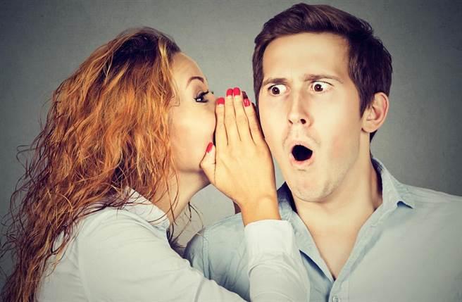 一名男業務上酒店消費,女公關對著他的耳朵吹氣還「靈舌塞洞」,結果拔出瞬間,因「瞬間負壓」,讓業務男耳膜破了。(示意圖,達志影像/shutterstock提供)