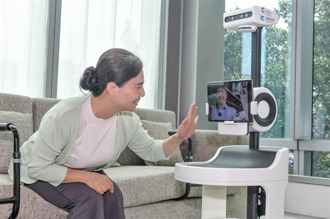 工研院研發的「PECOLA樂齡陪伴機器人」,能彙集資訊給子女,達到長輩與子女間找話題、建溝通等目的。(工研院提供/羅浚濱新竹傳真)