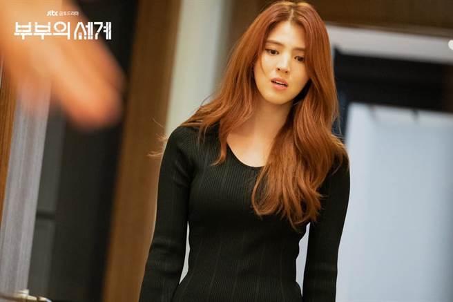 韓國女星韓素希因在熱門韓劇《夫妻的世界》中飾演「最強小三」呂多景而爆紅。(圖/FB@JTBC Drama)