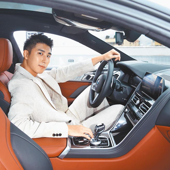 車內採用M款多功能真皮方向盤、踏板組,以及黑色Individual麂皮車內頂篷、真皮內裝,豪華舒適,胡釋安稱讚主動車距定速控制、主動車道維持的功能非常科技。(粘耿豪攝)