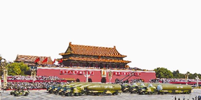 東風-5B方隊通過天安門。(新華社資料照片)