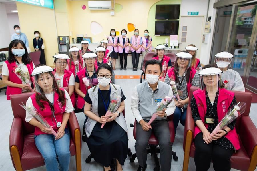新竹市各衛生所27位護理師要管理近千位確診者與居家隔離者,相當辛苦,明天是護理師節,市長林智堅(右二)11日特別感謝第1線防疫無名英雄的奉獻。(陳育賢攝)
