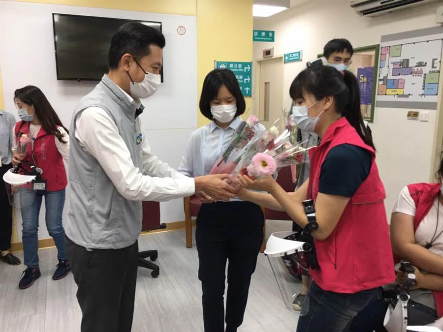 新竹市各衛生所27位護理師要管理近千位確診者與居家隔離者,相當辛苦,明天是護理師節,市長林智堅(左)11日特別感謝第1線防疫無名英雄的奉獻。(陳育賢攝)