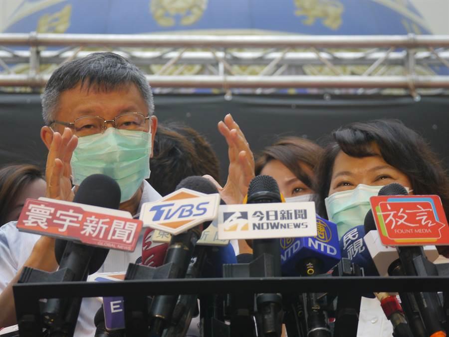 台北市長柯文哲(左)、嘉義市長黃敏惠(右)。(張穎齊攝)