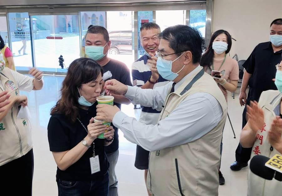 台南市長黃偉哲親手餵公所女員工喝綠豆湯。(洪榮志攝)