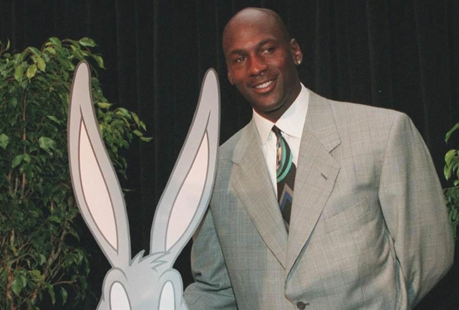 喬丹於1995年回歸NBA,還跟兔寶寶拍了電影《怪物奇兵》。(美聯社資料照)