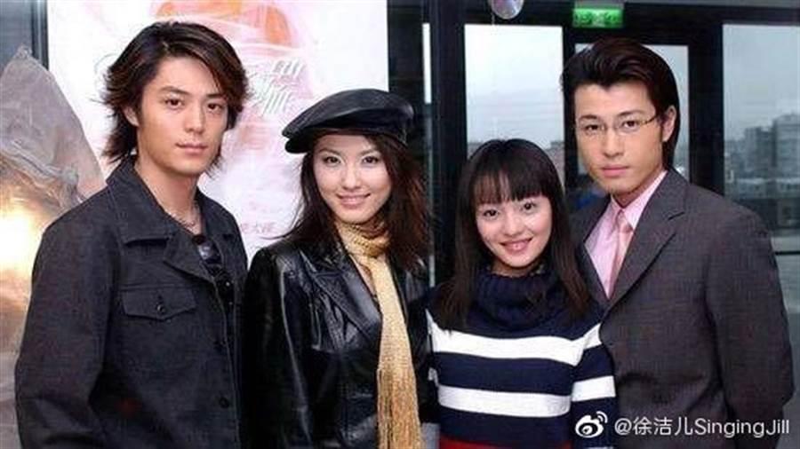 2003年的偶像劇《海豚灣戀人》由張韶涵、許紹洋、徐潔兒、霍建華主演。(圖/取材自徐潔兒微博)