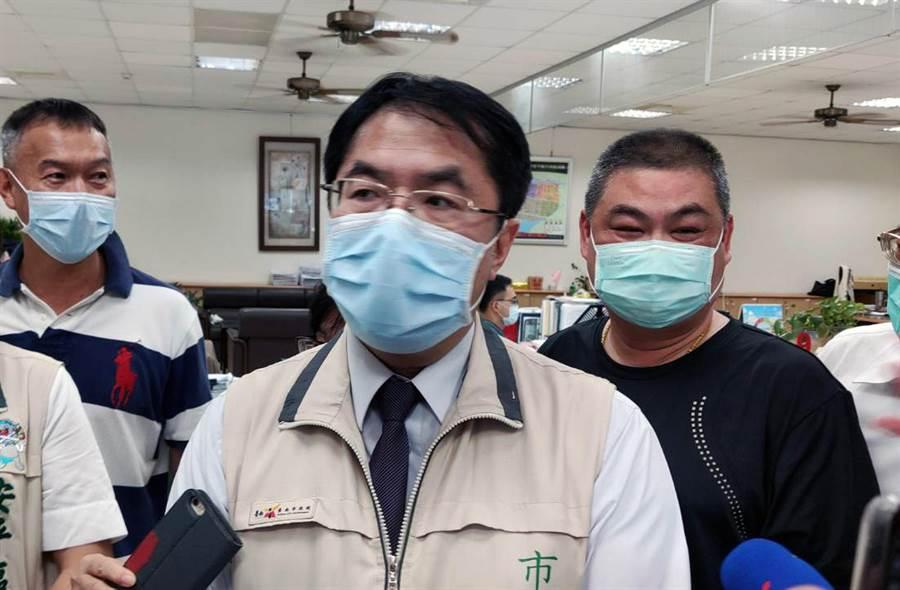 台南市長黃偉哲表示,近日將找酒店、舞廳業者溝通解禁問題。(洪榮志攝)