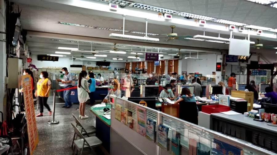 台中市太平區公所11日仍湧入大批民眾要申請紓困補助。(馮惠宜攝)