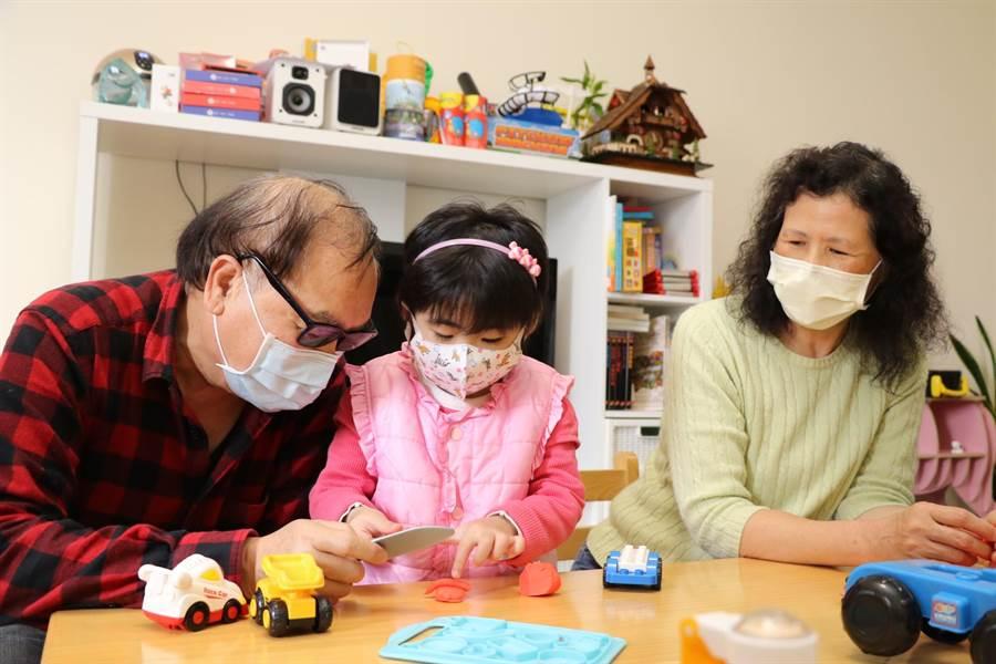 蘇雲霖和蘇黃根葉夫婦在林口社宅類家庭用心照顧右耳失聰的蕾蕾 ,蕾蕾今年暑假過後 已可開始上小學。(許哲瑗攝)