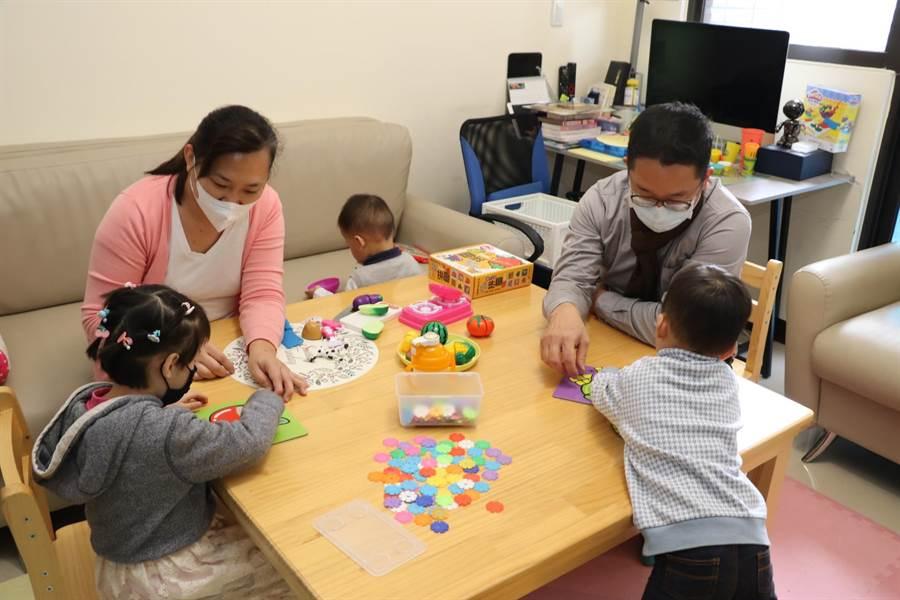 樊宗興(右)和李苑詩(左2)夫妻在林口社宅合力照顧3位失依的孩子。(許哲瑗攝)