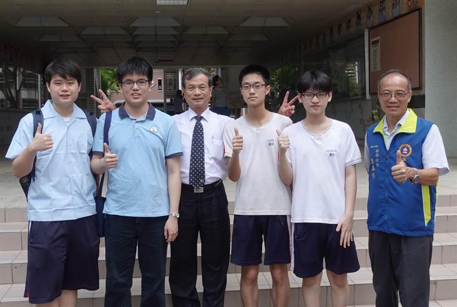 嘉中畢業生學測錄取台大醫學系,校長劉永堂(左三)稱許。(廖素慧攝)