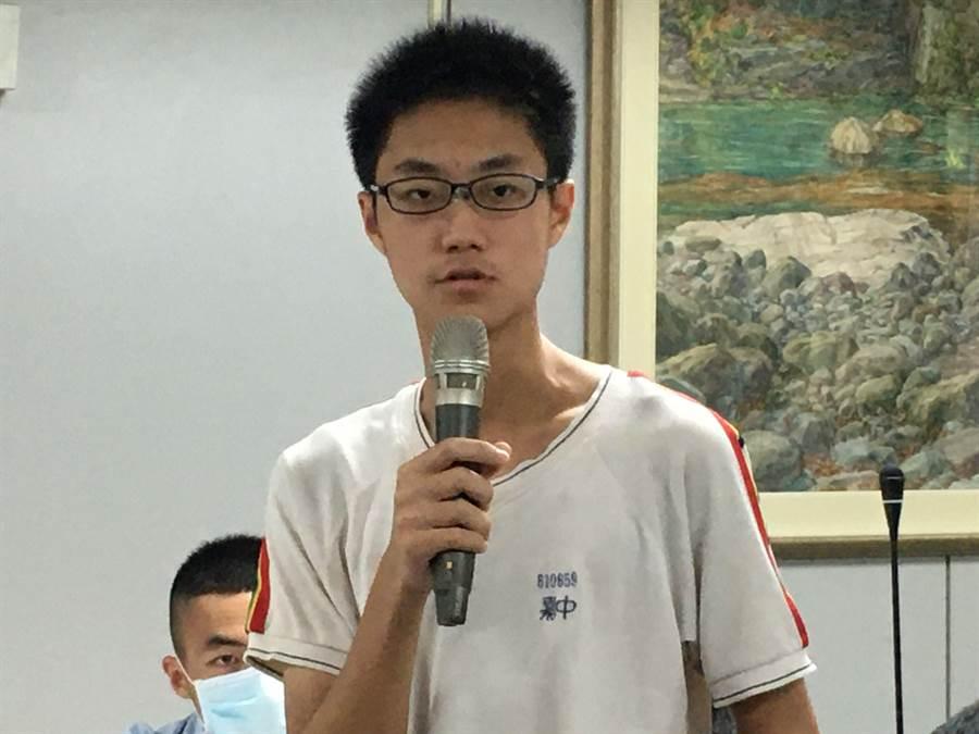 嘉中學生張淵荏當曾擔任國際交流活動的英語口譯,錄取台大醫學系。(廖素慧攝)
