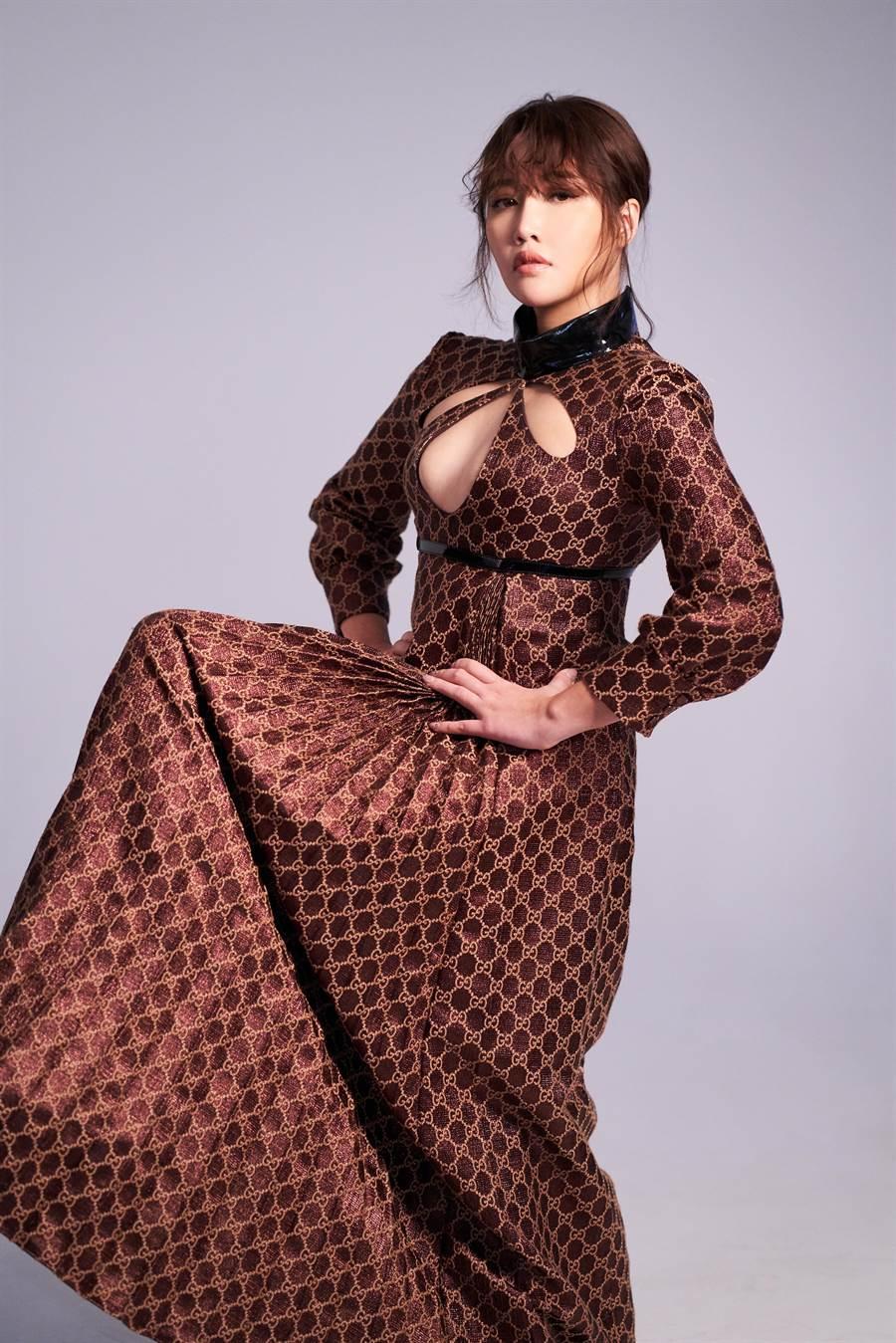 實力唱將A-Lin最近犯歌癮,在頂樓開辦線上演唱會,穿上GUCCI布滿GG LOGO小禮服,展現女王架勢。(JOJ PHOTO攝影,服裝提供/GUCCI)