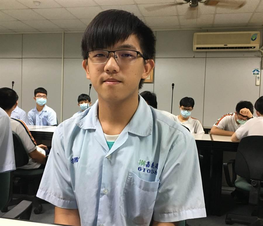 嘉中學生李國瑜感恩社工幫忙,第一志願錄取台大社工系。(廖素慧攝)