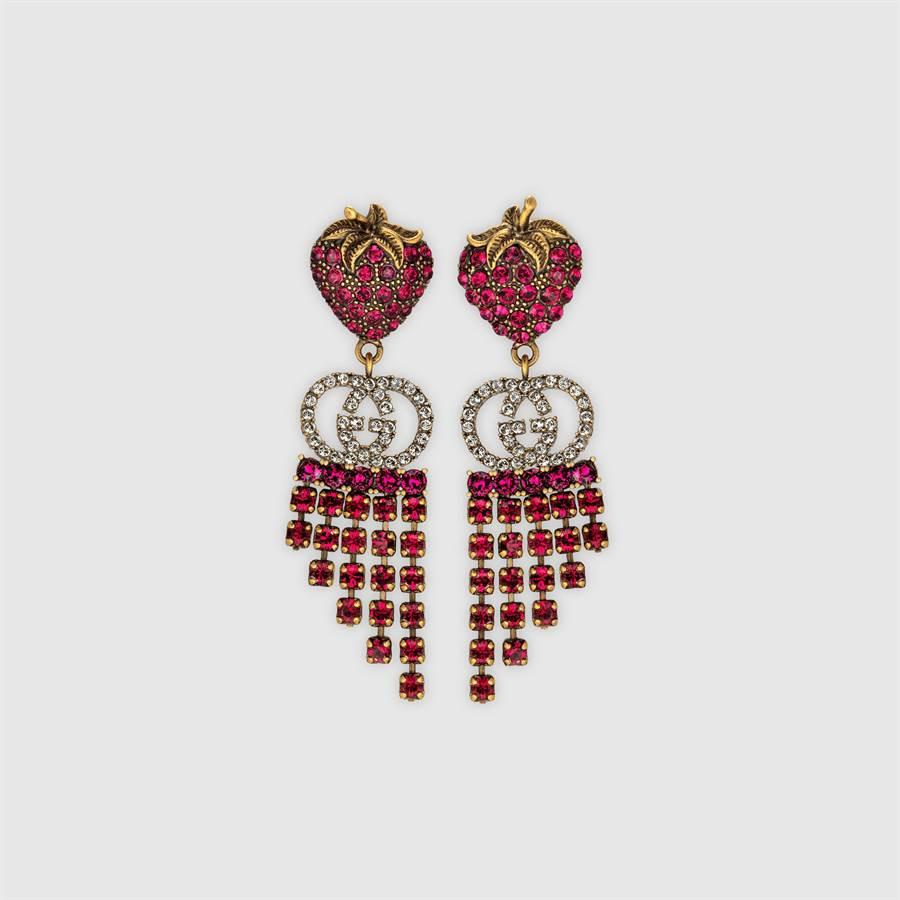 GUCCI草莓水晶流蘇耳環,1萬5900元。(GUCCI提供)