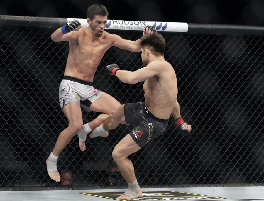 UFC選手克魯茲(左)指控裁判在執法前抽菸喝酒。(資料照/美聯社)