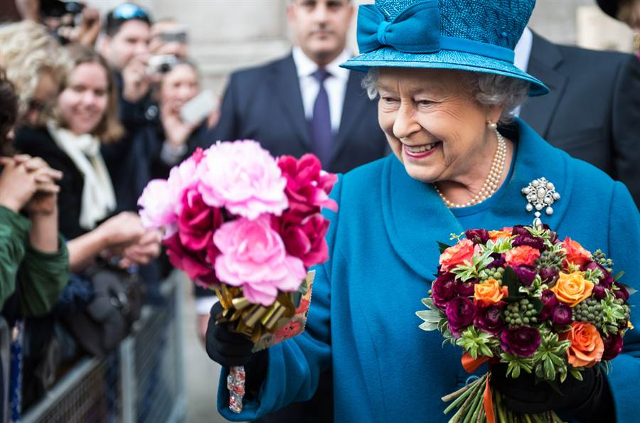因應新冠肺炎疫情,英國女王伊麗莎白二世10日才傳出無限期停止公開活動,預計最快秋天能夠復工,不過王室作家認為,女王恐「永遠」無法重拾日常王室任務,未來民眾可能只能從電視上看到女王身影。(資料照/TPG、達志影像)