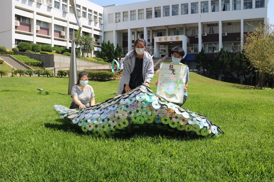 弘光文創系學生用廢棄光碟片設計出「眩光」作品。(弘光科大提供)