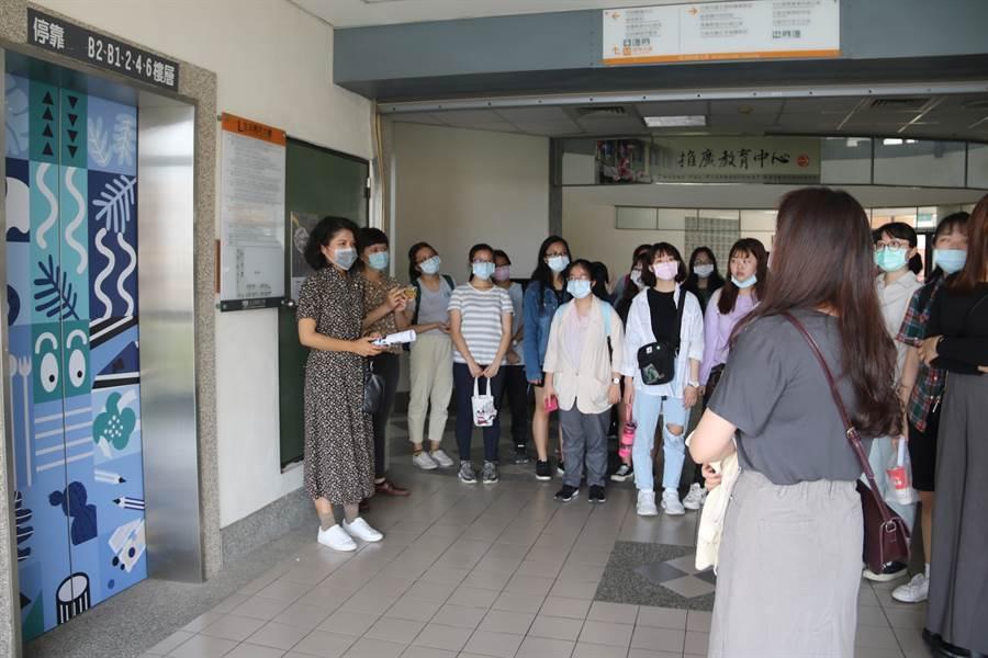 弘光科大文創系學生把電梯外觀布置的很有特色,進行導覽。(弘光科大提供)