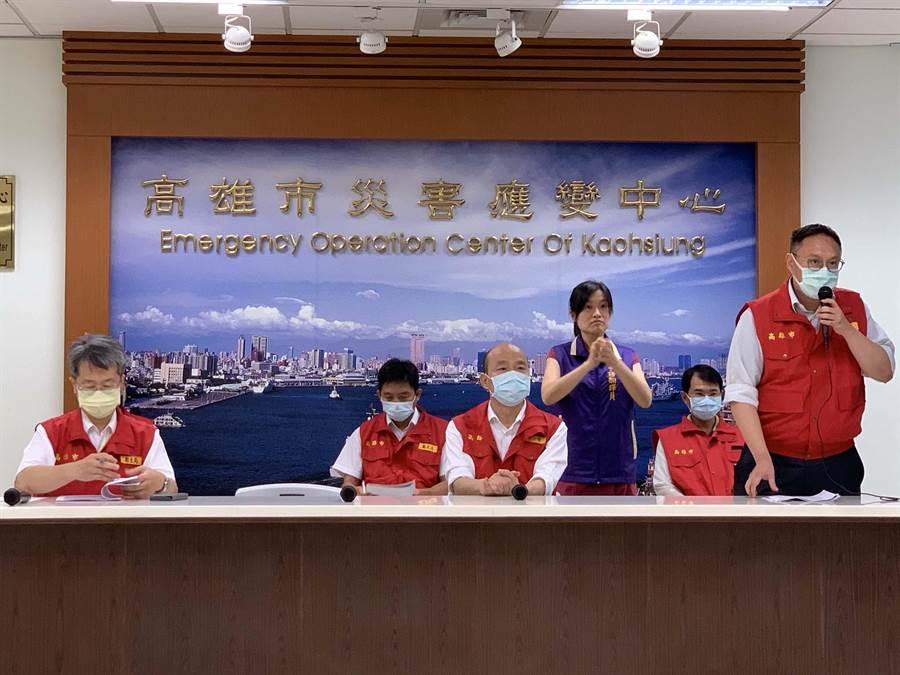 高雄市長韓國瑜(中)今天宣布,將分三階段循序開放公部門室內外場域。(柯宗緯攝)
