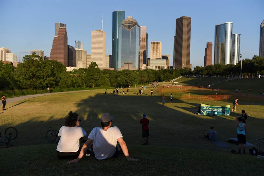 美國雖仍在新冠疫情,但是最近許多人仍然決定到公園透氣,結果在德州沃斯堡公園發生槍擊。(圖/路透社)