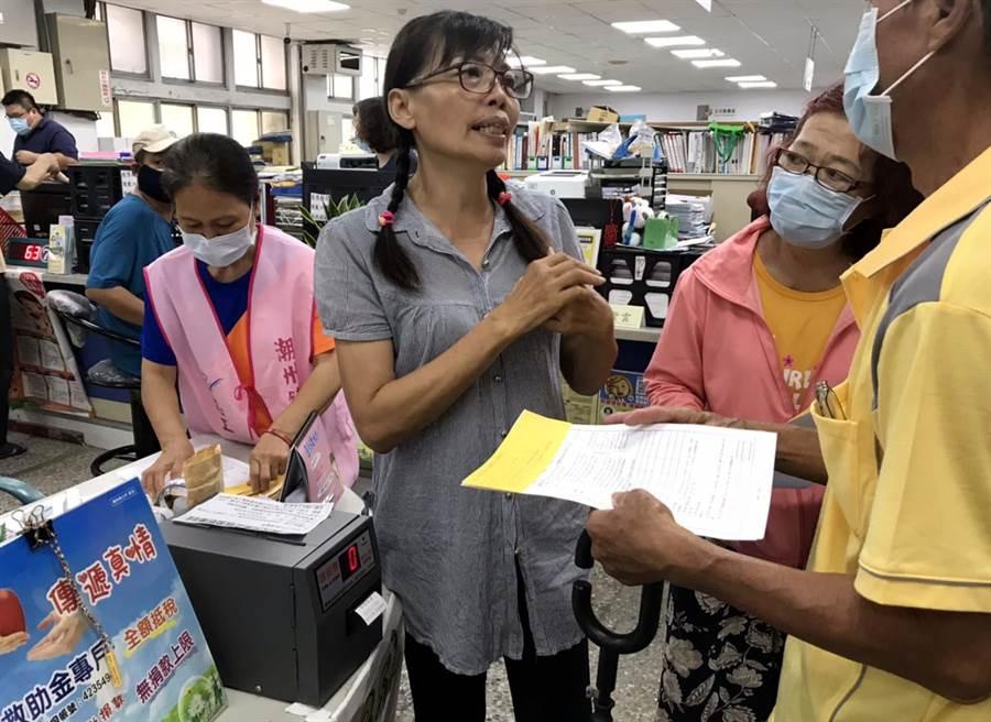屏東潮州鎮公所為了避免紛爭,讓申請紓困民眾更方便、排隊更有秩序,首度架設抽號碼機。(潘建志攝)